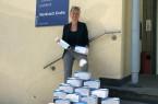 Kerstin Senf, Abteilungsleiterin der proWerk Werkstatt Grabe in Bielefeld-Brackwede, die sich über 1.000 Schutzmasken freut.