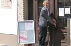 Bürgermeister Michael Jäcke schließt die Eingangstür des Mindener Museums am vergangenen Sonntag auf.Foto: Dr. Marion Tüting/Mindener Museum