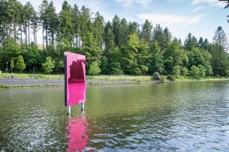 """Das Werk """"UELFE DISPLAY"""" des Künstlers Raymund Kaiser in Radevormwald gehört zu den 700 Kunstwerken, die die NRWskulptur-App vorstellt. Foto: Thorsten Arendt"""