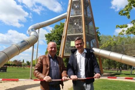 Bürgermeister Andreas Sunder (rechts) und Parkchef Peter Milsch am noch abgesperrten großen Rutschenturm. Ab Donnerstag sind die Spielplätze wieder geöffnet. Foto: Gartenschaupark GmbH