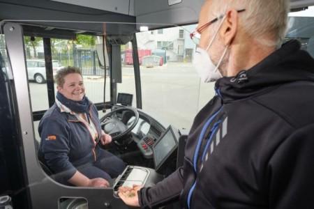 Die Busfahrerin Julia Tiffe und ihr Fahrgast sind durch die neue Trennscheibe geschützt. Alle 125 Busse von moBiel erhalten diesen dauerhaften Schutz vor Ansteckung. Foto: Thorsten Ulonska