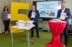 Dr. Claudia Böhm-Kasper (Fachdienst Bildung), Landrat Dr. Axel Lehmann und Markus Rempe (Leiter Fachdienst Bildung) legen den fünften kommunalen Bildungsbericht vor (v.l.). (Foto: Kreis Lippe)