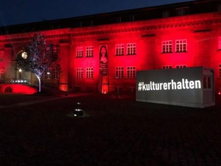 """In Rot getaucht: In Kooperation mit dem Lichtkünstler Oliver Roth wies das LWL-Preußenmuseum Minden am Montagabend (22.6.) in der bundesweiten Aktion """"Night of Light"""" auf die Situation der Veranstaltungswirtschaft in der Corona-Pandemie hin. Foto: LWL / Sylvia Necker"""