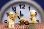 Fünf vor zwölf: Im Lebensmittel- und Gastgewerbe haben viele Beschäftigte einen befristeten Arbeitsvertrag. Die NGG fordert, Jobs auf Zeit per Gesetz einzuschränken. Bild: NGG