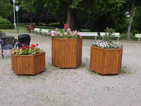 Auch verschönert: Die Blumenkübel um den Brunntempel. (Foto: Joshua Eulitz)