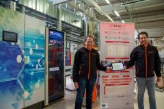 Daniel Behnke (li.) und Dr. Patrick-Benjamin Bök (re.) zeigen im IoT-Testbed bei Weidmüller die Ergebnisse des Projekts 5G-TANGO (Foto: Weidemüller)