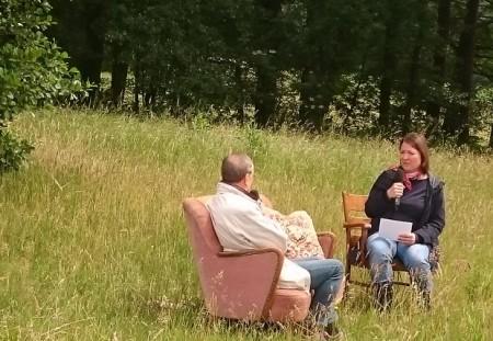 Experte Horst Brück (Vorsitzender des Heimat- und Geschichtsvereins Quelle) im Gespräch mit der Moderatorin Stefanie Taubert. (Foto: Joshua Eulitz)
