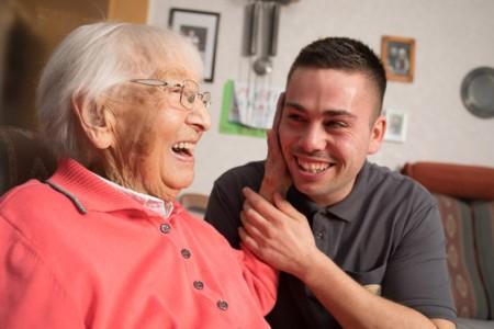 Der 27-jährige Keven Fiekens ist Pflegefachkraft aus Überzeugung. Er kümmert sich unter anderem um Luise Göbel (92) aus Bad Driburg. (Foto: KHWE)