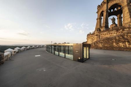 Das LWL-Besucherzentrum im Kaiser-Wilhelm-Denkmal: Blick von der denkmalgerecht rekonstruierten Ringterrasse. (Foto: LWL/Peter Hübbe)