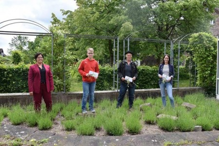 Landesgartenschau-Geschäftsführerin Claudia Koch (v.l.n.r.) beglückwünscht Levin Kaiser (2. Platz), Janis Huyghe (3. Platz) und Nadine Stromberg (1. Platz). (Foto: privat)