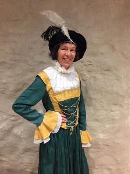 Museumsbegleiterin Viviane Kotsch im Kostüm (Foto: Schloss Brake)