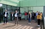"""Freuen sich """"mit Abstand"""" über die Verlängerung der Bildungspartnerschaft: (v.l.) Jan Rüter (Schulleiter Anne-Frank-Schule), Melanie Steinmeier (Schulpflegschaftsvorsitzende), Dr. Elmar Schnücker (Leiter Volkshochschule Gütersloh), Carla Weitkamp (Lehrerin Anne-Frank-Schule), Henrike Dulisch (Pädagogische Leiterin Volkshochschule Gütersloh), Anna Kötter (Schülersprecherin), Gudrun Hönemann (stellvertretende Schulleiterin), Michael Schüthuth (Projektleiter an der Anne-Frank-Schule) und Pinar Sarilkan (Schülersprecherin).Foto:Stadt Gütersloh"""
