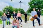 Sommerferienprogramm mit viel Aktion: Frederike und Johanna (vorn)  freuen sich mit (hinten v. l.) Tobias Willeke (YouTuber; aka PaderRiders), Bärbel Olfermann (Bürgerstiftung), Carolin Klute (Jugendpflege), Jan Hoffmeister (Jugendpflege), Bürgermeister Burkhard Schwuchow und Sebastian Sobiech  (Asphaltsurfer e.V.) auf ein buntes Programm für Kinder und Jugendliche. (Foto: Stadt Büren)