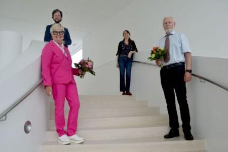 """Waltraud """"Puttchen"""" Neumann (untere Reihe v. l.) und Jürgen Zmija wurden vom Künstlerischen Leiter des Theaters, Christian Schäfer (obere Reihe v. l.), und der stellvertretenden Künstlerischen Leiterin, Karin Sporer, verabschiedet.Foto: Stadt Gütersloh"""