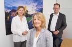 Ursula Pasch (Mitte) ist neue Vorsitzende des Verkehrsvereins Bielefeld und übernimmt das Amt von Cornelia Delius, die ihrer Nachfolgerin gemeinsam mit Geschäftsführer Martin Knabenreich alles Gute zum Start wünschte. Foto: Bielefeld Marketing