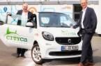 Freuen sich über die Zusammenarbeit beim Verleih von Elektroautos: CITYca-Gründer Hans Rost (links) und moBielGeschäftsführer Martin Uekmann.  (Foto: moBiel/ Thorsten Ulonska)