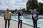 Schwimmmeister Volker Rieder (v.l.), Bürgermeister Alexander Fischer sowie der Allgemeine Vertreter Lothar Stadermann, zuständig für den Bäderbetrieb, haben das Hygienekonzept für das Höxteraner Freibad vorgestellt.