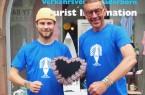 Tobias Schmidt (links) und Karl Heinz Schäfer von der Tourist Information Paderborn präsentieren die diesjährigen Libori-Artikel. Foto: © Stadt Paderborn