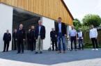 Bürgermeister Hermann Temme (vorne links) und Christoph Rustemeyer (Mitte) übergaben heute die neue Fahrzeughalle an die Löschgruppe Gehrden. Foto: Stadt Brakel
