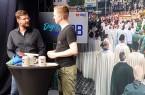 Philipp Ohms von der Stabsstelle Digitalisierung der Stadt Paderborn (l.) und Bierbrunnen-Moderator Tobias Fenneker im Gespräch auf der Bierbrunnen-Studiobühne von Projektpartner lean-pro in Paderborn-Elsen. Foto: © Stadt Paderborn