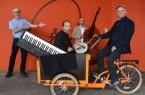 Das Volker Kukulenz Trio gehört zu den ersten Künstlern, die Kultur ausliefern werden. Christoph Gockel-Böhner (links), Leiter des Kulturamtes der Stadt Paderborn, plant mit seinem Team die Programme individuell zu den einzelnen Anfragen.Foto: © Stadt Paderborn