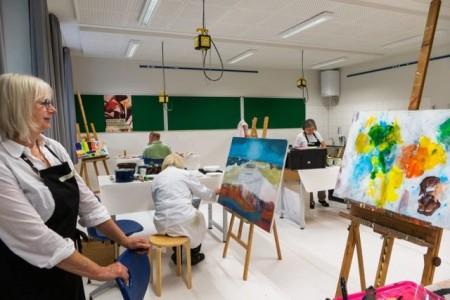 Abstrakte Farbwelten bringen die Teilnehmerinnen im Kurs von Ingrid Fluss auf die Leinwand. Foto:© Stadt Paderborn