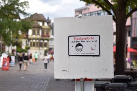 Mit Schildern weist die Stadt auf die Maskenpflicht auf dem Wochenmarkt hin. Foto: Stadt Höxter