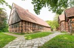 Der Münsterländer Gräftenhof steht im Mittelpunkt eines Rundgangs, bei dem Museumswissenschaft-ler Heinrich Stiewe durch das LWL-Freilichtmuseum Detmold führt. Foto: LWL/Hesterbrink/Pölert