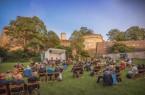 Die Burgsommer-Bühne auf der Wiese hinter der Festung. Foto: Bielefeld Marketing/Sarah Jonek