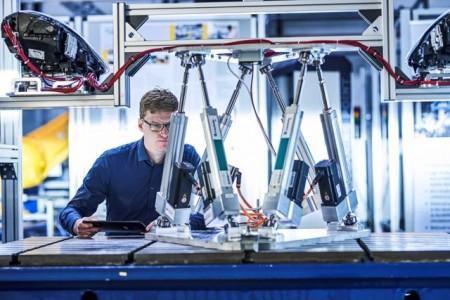 Udo Nolte vom Fraunhofer IEM simuliert die Bewegungen der Scheinwerfer auf der Hexapod-Bewegungsplattform. Foto: Fraunhofer IEM