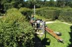 Ob im Hubsteiger oder vom Boden aus: Der Heckengarten erhält wieder seine historischen Konturen. Foto: Daniela Toman