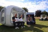 Präsentieren den Sleeperoo im Herforder Golfpark Heerhof: Lars Lambracht (Golfpark Heerhof), Sarah Busse (Pro Herford) und Denise Spilker (Pro Herford). Foto: Stadt Herford