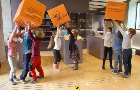 Die Kinder vom Waldorfkindergarten Sterntaler aus Lemgo haben ihre helle Freude an den neuen Würfeln und Mitmachstationen.