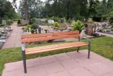 Auf dem städtischen Friedhof in Avenwedde hat die Stadt 13 neue Holzbänke für die Besucherinnen und Besucher aufgestellt.Foto:Stadt Gütersloh