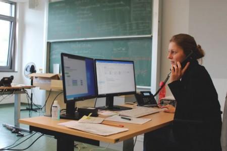 Städtische Mitarbeitende aus allen Bereichen unterstützen im Lagezentrum: Olga Schmidt-Penner, aus dem Bereich Personal, Organisation und IT, beantwortet gemeinsam mit ihren Kollegen an der Hotline die Fragen der Anrufer.