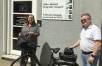 Anke Schmidt und Günter Kleß mit einem von vielen Fahrrädern. Foto: Kurz Um-Meisterbetriebe