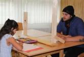 Die Sommerschule in der Grundschule Blankenhagen.  Mathe steht auf dem Stundenplan: Souzan und Keno üben mit Trennwand. Foto: Stadt Gütersloh