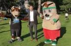 """Maskottchen """"Lohmann"""" vom frischgebackenen Fußball-Erstligisten Arminia Bielefeld und """"Hermi"""" (Sport4Kids Detmold) nehmen Detmolds Kämmerer und I. Beigeordneten Frank Hilker, der die Veranstaltungsreihe im Schlosspark eröffnet hat, in ihre Mitte"""