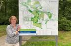 Der ganze Park auf einen Blick: Daniela Toman stellt die neuen Schilder vor.Foto: Stadt Gütersloh