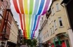 Die Mittlere Berliner Straße wird über die Sommerzeit in regenbogenbunte Farbspiele  getaucht. Foto: Stadt Gütersloh