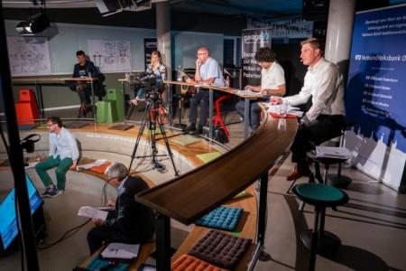 Die Jury (obere Reihe), Karl-Heinz Rawert und Prof. Dr. Rüdiger Kabst während des Finales.Foto TecUP