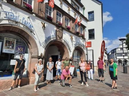 Vom Treffpunkt am Heisingschen Haus, vor der Tourist Info, machte sich die Gruppe in Begleitung von zwei Gebärdendolmetscher auf den Weg, die Paderborner Sehenswürdigkeiten bei schönstem Wetter zu erkunden. Foto: © Stadt Paderborn