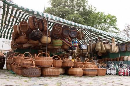 Statt auf dem Marktplatz und auf den Domplätzen bieten Händlerinnen und Händler ihre Waren in Paderborner Geschäften feil. Foto: © Klaus-Peter Semler