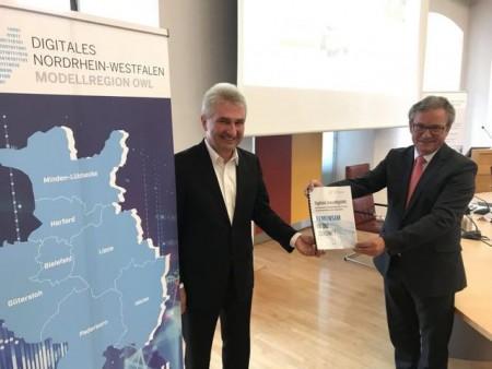 Prof. Dr. Andreas Pinkwart (links) lobte bei seinem Besuch in Paderborn die Arbeit in der digitalen Modellregion OWL und nahm die Absichtserklärung von Bürgermeister Michael Dreier (rechts) entgegen. Foto: © Stadt Paderborn