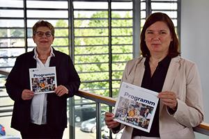 Stellen das neue Programmheft der IHK-Akademie Ostwestfalen vor: Stefanie Pohl, Zweigstellenleiterin der IHK-Akademie Ostwestfalen in Pader-born (links), und Dr. Claudia Auinger, stellvertretende Leiterin der Zweigstelle Paderborn + Höxter der Industrie- und Handelskammer Ostwestfalen zu Bielefeld.