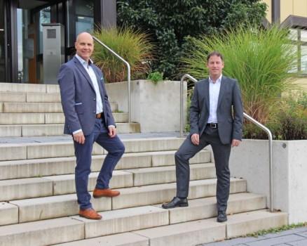 Staffelstabübergabe bei der Buschjost GmbH: Raymond Kamp (links) übernimmt die Leitung des Standorts Bad Oeynhausen von Andreas Pönnighaus (rechts). Foto: Norgren