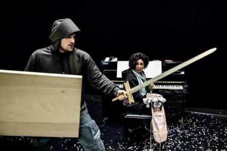 Ritter Odilo kämpft gegen Langeweile, ein großer Spaß mit einfachsten Mitteln.Foto: © Marc Lontzek