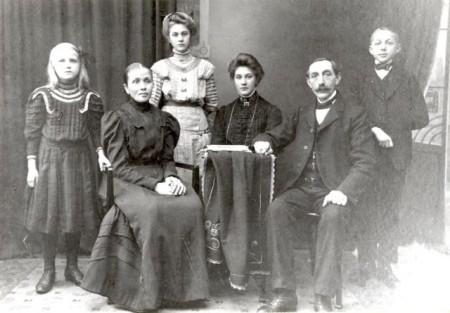 Die LWL-Alltagskulturforscher wollen Fotoalben aus dem dörflichen und bäuerlichen Umfeld sichern, aus einem solchen Album stammt dieses Foto der Familie Arndt, das 1912 in Plettenberg (Märkischer Kreis) entstanden ist. Foto: LWL-Alltagskultur-Archiv