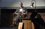 Direktor der LWL-Archäologie Prof. Michael M. Rind präsentiert den Bildband im Rahmen einer kurzen Lesung. © LWL-AfW/T. Schmidt-Jülich