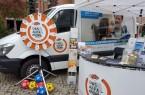 Aufsuchende Beratung: Am ALFA-Mobil-Stand informieren Mitarbeiter interessierte Bürger und Menschen mit Lese- und Schreibschwierigkeiten. Foto: © Stadt Paderborn